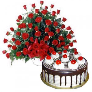 Arrangement Of 100 Red Roses And 1 Kg Black Forest Cake
